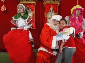 Papai Noel entregando presentes com Bebel e a Boneca Stapafurdya