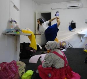Os Brinquedos da Bebel em Volta Redonda. Elenco se aquecendo no camarim.