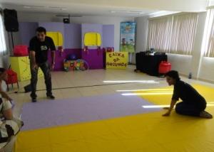 Oa Brinquedos da Bebel em Seropédica - equipe preparando o local da apresentação.