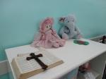 Bíblia, boneca e elefante de pelúcia. Santa Julia Billiart. Por Elaine Oliveira.